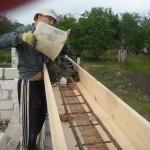 фото - Заливка бетонной смеси (цемент, песок, щебень) для изготовления оконной или дверной перемычки. Бетонная смесь