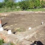 фото - внутренняя система канализации готова, трубопровод засыпан землей, стояки необходимо накрыть пленкой до окончания строительства