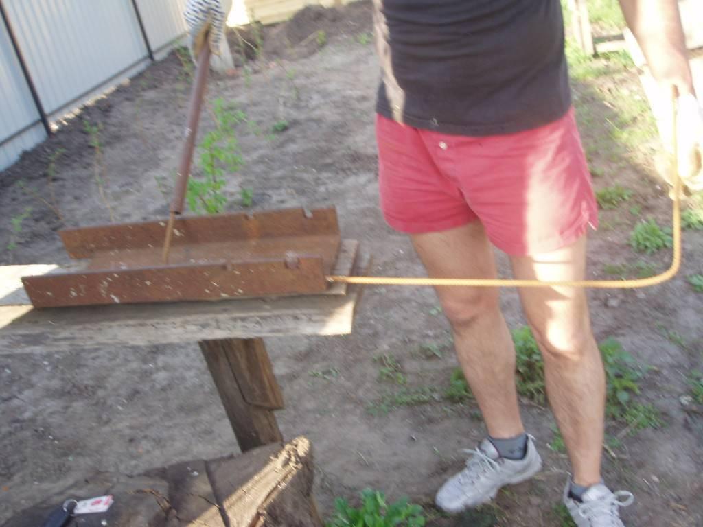 фото - пруток из арматуры укладываем в канавки швеллера