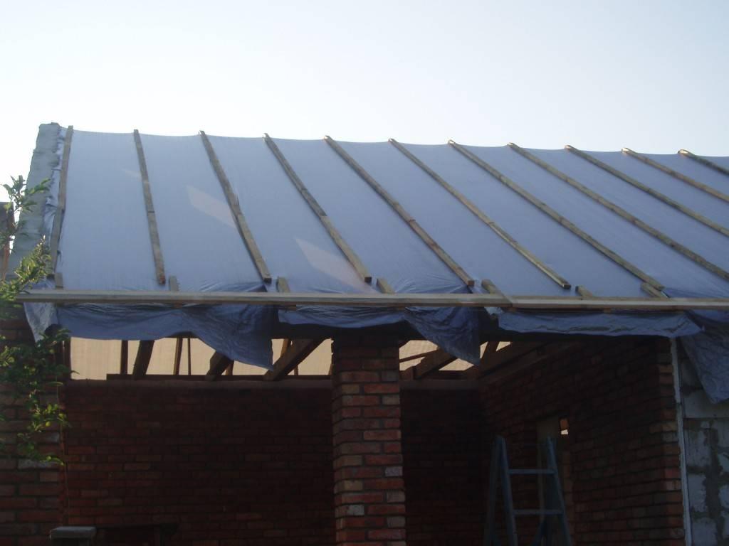 фото - обивка пленкой и контррейкой крыши - подготовка основания крыши для кровли ее шифером