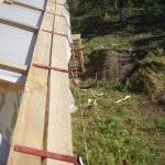фото - желобы водосточной системы крепятся с помощью кронштейнов