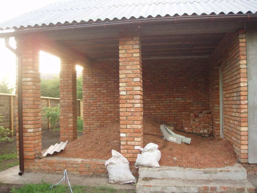 фото - колонны веранды выложены из кирпича, стены веранды утеплены пеноплстом и облицованы кирпичом