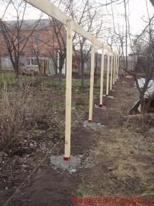 фото - деревянные столбы для ограждения из дерева