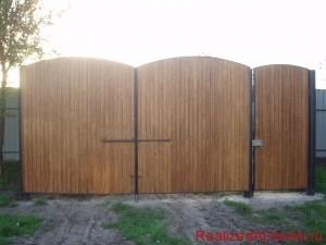 фото - обшивка ворот вагонкой со  стороны дома