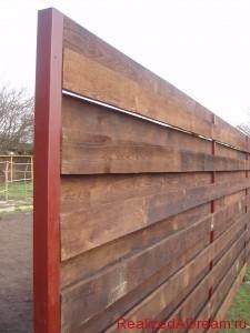 фото - сплошной забор из дерева, этапы его строительства