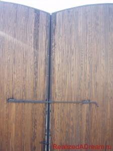фото - как правильно установить засов на распашные ворота