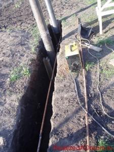 фото - обвязка опорных столбов арматурным прутком - изготовление арматурного каркаса для ленточного фундамента