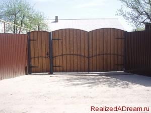 фото - установка ворот из дерева с металлом и забора из профнастила