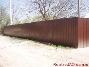 фото - как крепить конек и уголок на забор из профлиста