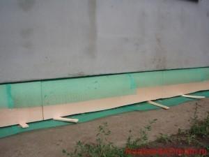 фото - при креплении плит ЭППС к цоколю избегаем щелей между плитамилистами